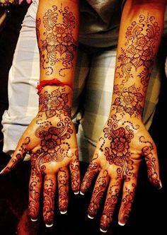 The Most famous and popular Pakistani Mehndi Artist Naeema Pandor latest Hand Mehndi Designs and Foot Mehndi Designs Pictures for Brides and Girls for wedding and Mehndi Day.