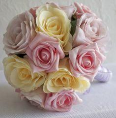 Descrição do Produto  Rosas multicores e folhagens - arranjados com harmonia e graça - este elegante buquê de noiva é perfeito para o seu casamento.  Detalhes do Buquê  - Rosas cor de rosa - Toque Natural - Rosas amarelas e lilás de Seda  - Fitas de cetim branca envolve a haste do buquê - Laço Bailarina de fita de organza lilás  Medidas - Tamanho grande:- 28 cm de largura x 28 cm de altura   Este buquê está disponível a Pronta Entrega . O pedido será postado no dia seguinte após confirmação…
