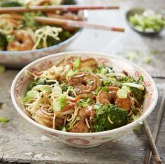 Noedelwok met scampi's en broccoli | Colruyt Feel Good Food, Love Food, Bouillon Thai, Healthy Diners, My Favorite Food, Favorite Recipes, Curry Soup, Dutch Recipes, Noodle Bowls