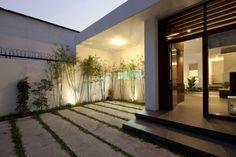 le sol recouvert d'ardoises dans le jardin moderne