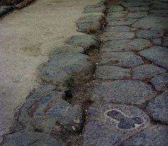 A Pompeia es pot trobar una mostra clara de la publicitat iconogràfica. Aquest símbol sexual está gravat assenyalant directament la  direcció del prostíbul.