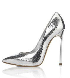 La chaussure Casadei en argent pour la série limitée Silver Lining http://www.vogue.fr/mode/news-mode/diaporama/le-shoe-heaven-floor-d-harrods-chaussures-londres/19982#!casadei-harrods-silver-lini