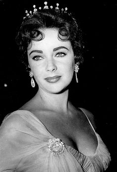 Hollywood Icons, Old Hollywood Glamour, Golden Age Of Hollywood, Vintage Hollywood, Hollywood Stars, Hollywood Actresses, Classic Hollywood, Loren Sofia, Elizabeth Taylor Jewelry