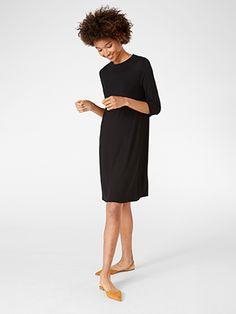 Den här klänningen med trekvartslång ärm och hög hals har en draperande och smickrande siluett. Välj mellan olika mönster eller kör på en enfärgad look.    Mjuk trikå i Tencel® lyocell blend  Längd 94 cm i stl M    Maskintvätt 40° skontvätt Material: 52% LYOCELL 43% VISKOS 5% ELASTAN Artikelnummer: 7570711