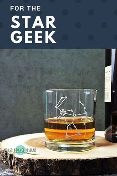 Gift ideas for the stargazer Cocktails On The Rocks, Whiskey Cocktails, Classic Cocktails, Engraved Glassware, Personalized Beer Glasses, Cocktail Glassware, Wedding Toasting Glasses, Stemless Wine Glasses, Whiskey Glasses