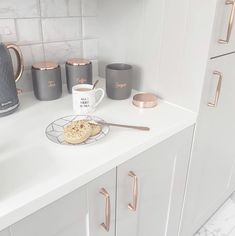 I think this white, grey and rose gold kitchen is beautiful! Copper Kitchen, Kitchen Tiles, Kitchen Colors, Kitchen Decor, Kitchen Grey, Design Kitchen, Kitchen Cabinets, Grey Kitchens, Cool Kitchens