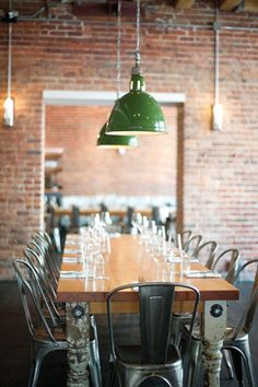 Rustic dining room, easily adaptable to a home w a brightly painted hutch or bar. Farmhouse Restaurant, Deco Restaurant, Restaurant Concept, Restaurant Design, Design Café, Cafe Design, Dining Area, Kitchen Dining, Dining Room