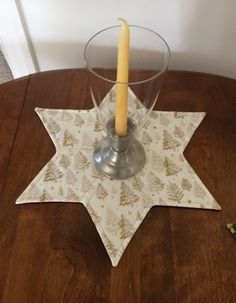 Viste tu mesa de comedor, mesa de centro o mesa con este adorno hermosa tabla de estrellas. Es el tamaño perfecto para la visualización de una vela, flores de vacaciones o un plato de dulces. Es reversible. Es la lavadora usando el ciclo delicado y agua fría. Esta alfombra de estrellas de la vela mide aproximadamente 15,25 pulgadas punto a punto. Fue hecha por mí en mi casa libre de humo. Este listado está para una Star mat vela solamente. ¡Gracias por mirar
