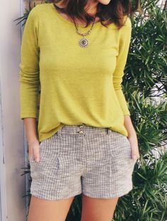 Look com camiseta de manga longa amarela, shorts de tweed e colar com medalhão - Outfit with yellow long sleeve shirt , tweed shorts and necklace  #style #fashion #ootd