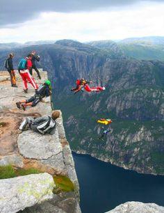 Бейсджампинг - один из самых опасных видов прыжков с парашютом