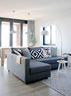 Casi lo primero que entrará por la puerta será el sofá, un sofá chaiselongue gris en un tono medio.