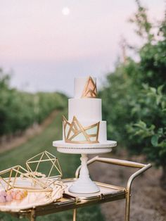 Golden geometric wedding cake | The Twins Photography