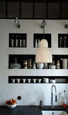 Niches très réussies dans cette cuisine - belles proportions et le calepinage des carreaux est juste parfait !