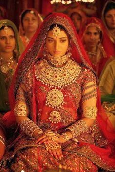 Aishwarya Rai Bachchan as Queen Jodha in Jodha Akbar ( Bridal Wear ) Bollywood Mode Bollywood, Bollywood Stars, Bollywood Fashion, Bollywood Makeup, Bollywood Bridal, Indian Bridal Outfits, Indian Bridal Fashion, Indian Dresses, Beautiful Indian Brides