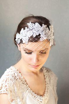 Vintage-inspirierte Braut Haarband aus weiss Spitze mit kleinen Perlen und Französisch Verschleierung gemacht. Es hat einen weissen elastisch Band ...