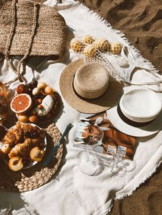 How-To style Gorgeous Flay-Lays - Goteo Picnic Date, Beach Picnic, Summer Picnic, Flat Lay Photography, Food Photography, Box Vin, Flatlay Styling, Jolie Photo, Aesthetic Food