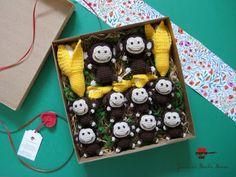 joana em banho maria: A preparar um conjunto de macaquinhos e bananas para a entrega.