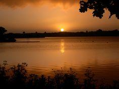 Soleil couchant à la base de loisirs de La Rincerie en sud Mayenne
