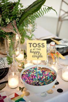 Confeti na mesa do casamento, para os convidados lançarem aos noivos na entrada da festa <3.