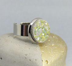 Eyecatcher in jadegrün:  Ein silberfarbener Ring mit einem Cabochon aus Schmuckbeton, hier habe ich kleine Splitter aus Muschelperlmutt eingegossen, die wunderschön in jadegrün...