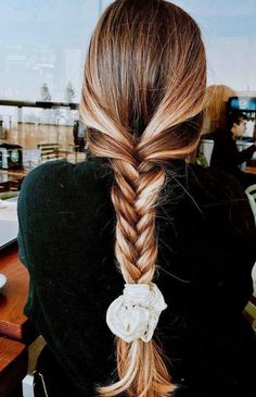 Today I am sharing with you some of my favorite scrunchie hairstyles for todays style. The '90s are back and you can once again rock the scrunchie look! Box Braids Hairstyles, Winter Hairstyles, Cool Hairstyles, Hairstyle Ideas, Cute School Hairstyles, Baddie Hairstyles, Hairstyles 2018, Casual Hairstyles, Creative Hairstyles
