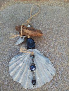 Suspension pour déco en coquillage gris, bois flotté et diverses perles