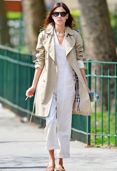 Alexa Chung wears her summer-ready white overalls with an open Burberry trench, a perfect spring to summer outfit idea. Alexa Chung Style, Daily Alexa Chung, Trenchcoat Style, Burberry Trenchcoat, Models Off Duty, Casual Chic, White Dungarees, Trent Coat, Trench Coat Outfit