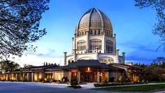 """Conheça o Templo Bahá'í para a América do Norte em Wilmette, Illinois. """"Nosso novo centro nos permitirá fornecer uma recepção calorosa para os visitantes que vêm de todo o mundo """", disse Chris Vodden, Diretor do Baha'i House of Worship Atividades Office."""