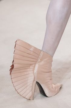 Browse Couture Spring 2019 pictures from the Balmain Paris runway show. Weird Fashion, Unique Fashion, Balmain Paris, Crazy Shoes, Short Boots, Heeled Mules, Cool Style, Fashion Inspiration, Runway