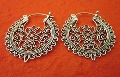 Pendientes de aro de estilo tradicional de plata de ley pendientes o 1.25 pulgadas / joyería hecha a mano de Bali / plata 925 de Telur en Etsy https://www.etsy.com/es/listing/105785204/pendientes-de-aro-de-estilo-tradicional