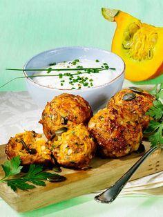 Kürbisfrikadellen mit Joghurtdip Pumpkin patties with yoghurt dip. Garnish with parsley. Vegetarian Recipes, Cooking Recipes, Healthy Recipes, Snacks Recipes, Homemade Burgers, Tasty, Yummy Food, Pumpkin Recipes, Pumpkin Cakes