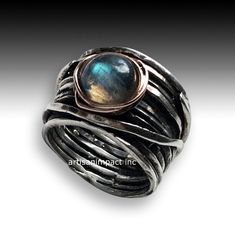 Visions of you ~~~~~~~~~~~~~~~~~~~~~~~ This band is made from a sterling silver wire wrap. On top a rose gold nest with a labradorite stone. (R2119).