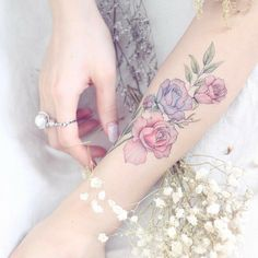 ideas tattoo rose wrist henna designs for 2019 Hand Tattoos, Feather Tattoos, Forearm Tattoos, Finger Tattoos, Rose Tattoos, Body Art Tattoos, Tatoos, Tattoos For Women Flowers, Foot Tattoos For Women