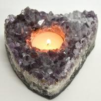 Ametyst je vynikající kámen pro duchovní, duševní, intelektuální i uměleckou práci. Svícen z drúzy ametystu disponuje vysokými duchovními vibracemi. Doporučujeme! Feng Shui, Candle Holders, Candles, Crystals, Porta Velas, Crystal, Chandelier, Crystals Minerals, Pillar Candles