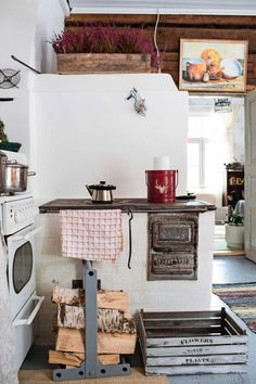 kuva Kitchen Magic, Cozy Kitchen, Kitchen Dining, Red Cottage, Cottage Style, Cosy House, Dream House Interior, Cabins In The Woods, Hygge