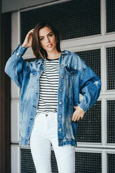25 Oversized Denim Jacket Outfits to Catch Trends Train - Outfit & Fashion Oversized Denim Jacket Outfit, Camo Denim Jacket, Cropped Denim Jacket, Ripped Denim, Denim Jackets, Denim Overalls, Jean Jackets, Spring Outfits Women, Winter Outfits