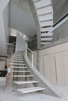 schwebende Treppen -weiss-beton-konstruktion-wendeltreppe-kind-modern-haus
