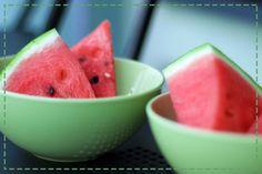 Lubisz arbuzy? Możesz jeść je bez wyrzutów sumienia, ponieważ składają się one w większości z wody :) Mimo że zawierają niewielką ilość witamin i składników mineralnych to dostarczają nam cennych przeciwutleniaczy, które opóźniają proces starzenia.