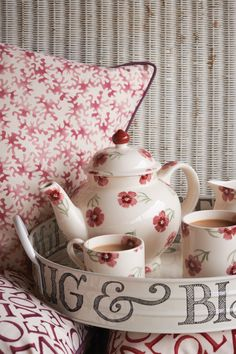 Raspberry Red and White by Emma Bridgewater Shabby Vintage, Shabby Chic, Vintage Tea, Emma Bridgewater Pottery, Vibeke Design, Red Cottage, Cottage Homes, Cottage Style, Chocolate Pots