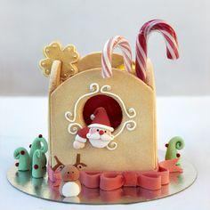 Santa Gingerbread House ~ So cute! Christmas Gingerbread House, Christmas Sweets, Noel Christmas, Christmas Goodies, Christmas Baking, Christmas Crafts, Gingerbread Houses, Xmas Cookies, Cupcake Cookies