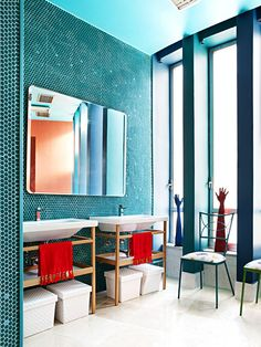 Split complementary: Saturated Blue-green, orange and red.  Visually exciting. Banheiro com pastilha verde clarocom