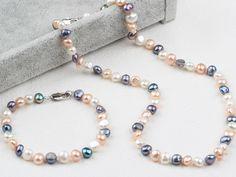Krásná souprava sestávající z náhrdelníku a náramku z říčních perel ve třech barvách - černé, bílé a růžové. Perly nemají dokonale kulatý tvar, což jen potvrzuje jejich pravost. Náramek a náhrdelník mají kovové karabinkové zapínání. Délka náhrdelníku - 46 cm, délka náramku - 18,5 cm. #perly#pearls#pearl#ricniperly#souprava#doplnek#accessories#colors#perlovynahrdelnik#fashion