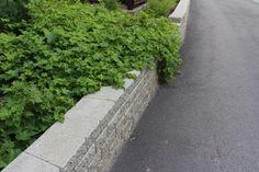 Sileä kansikivi viimeistelee muurikon. Ideakuvat   Rudus Curved Walls, Sidewalk, Side Walkway, Walkway, Walkways, Pavement