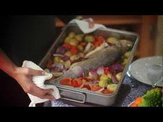 Peixe assado com batatinhas e legumes