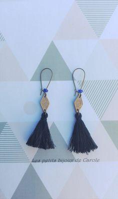 Boucles d'oreilles dormeuse, perle à facettes bleu roi, connecteur losange et pompon noir : Boucles d'oreille par les-petits-bijoux-de-carole