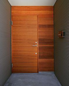 いいね!55件、コメント1件 ― yuraricasaさん(@yurari_casa)のInstagramアカウント: 「チークの玄関ドア。無機質なシルバーのガルバリウム鋼板の外壁やモルタルの床と相性がよく雰囲気良いです。板張りの外壁はレッドシダー。 年月と共に味わいが増すのが楽しみな玄関です。…」