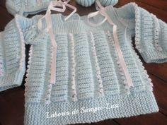 MARERIALES - Lana celeste de bebé - Agujas nº 2 y 1/2 - Hilo blanco de perlé - Cinta de raso blanco - 5 botones PUNTOS EM...