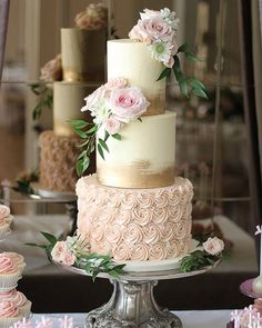 Win a €300 voucher from @thecakecuppery on #onefabday today. A fabulous bakery with tonnes of creative ideas. Pop over to their insta to be inspired! #weddingcakes #competition #wedding #cake #yum #win #delicious #icing #roses #pink #peach #gold #tiers