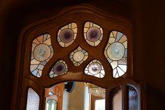 Esas ventanas son de la casa de Gaudí también. Similares a las otras, esas ventanas tienen colores mates que la permiten pocos luces, pero no son totalmente transparente. Como los otros, tienen diseños únicos y parecen como lo mismo estilo de las otras en la casa.