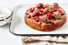 Niets smaakt meer naar de zomer dan rabarber en aardbeien. Julia Gartland, blogger van Sassy Kitchen, bakt een heerlijke glutenvrije taart die perfect is voor dit seizoen.